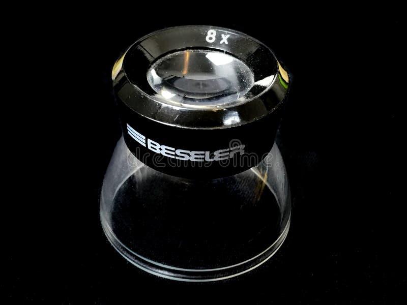 Vergrößerungsschleife Bessler auf einem schwarzen Hintergrund lizenzfreies stockbild