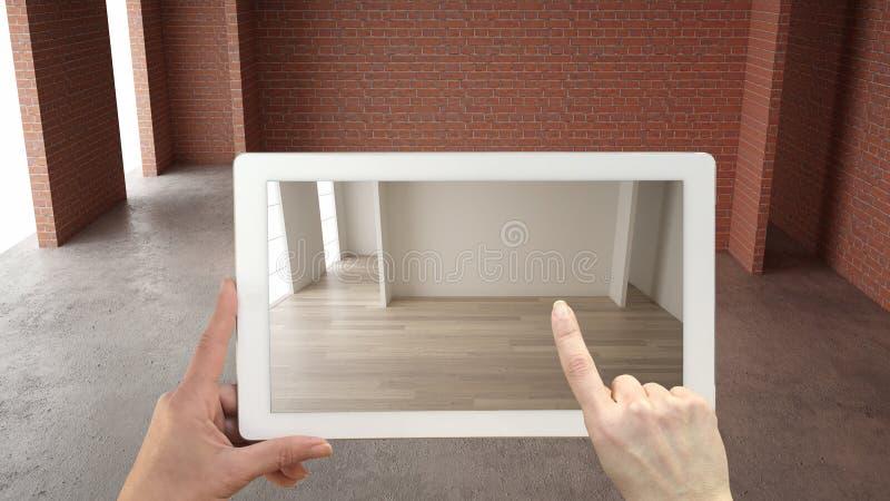 Vergr??ertes Wirklichkeitskonzept Handholdingtablette mit AR-Anwendung verwendete, um Möbel und Entwurf in einem Innenraum zu sim stock abbildung