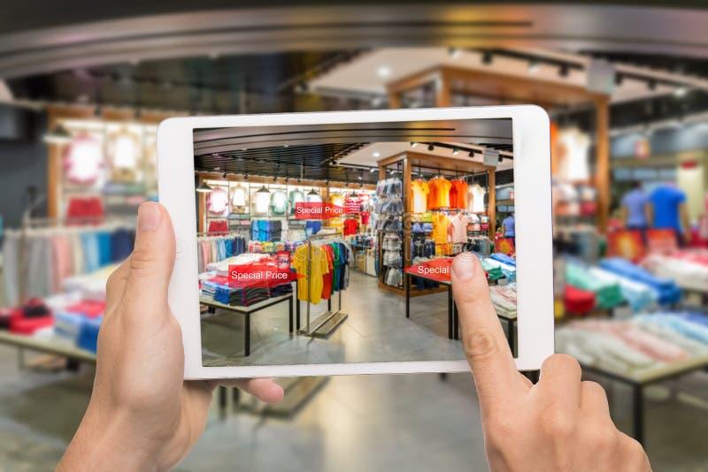 Vergroot werkelijkheid marketing concept De Digitale Tablet van de Holding van de hand royalty-vrije stock fotografie
