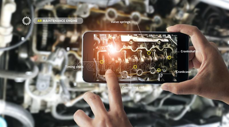 Vergroot werkelijkheidsconcept AR Industri?le 4 0, Hand van ingenieur die mobiele telefoon houden royalty-vrije stock afbeeldingen