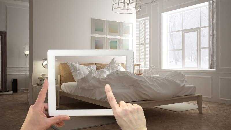 Vergroot werkelijkheidsconcept De tablet van de handholding met de toepassing van AR wordt gebruikt om meubilair en binnenlandse  stock afbeeldingen