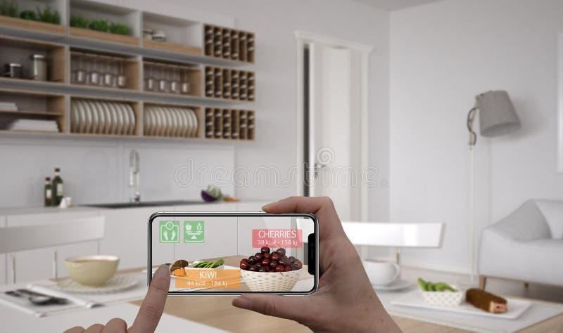Vergroot werkelijkheidsconcept Hand die de digitale toepassing van het gebruiksar van de tablet slimme telefoon houden om informa stock fotografie
