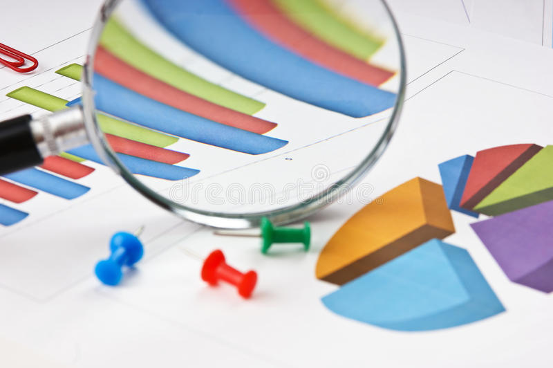 Vergrootglas en diagram stock afbeeldingen