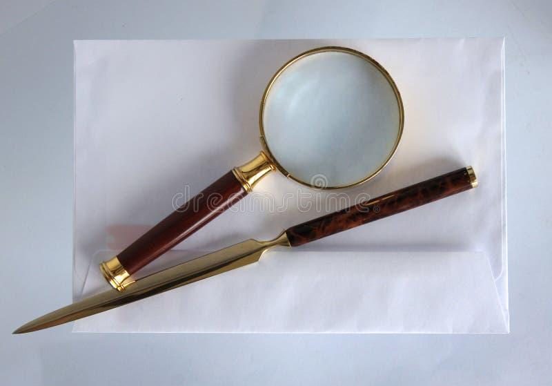 Vergrootglas en een brievenopener royalty-vrije stock foto