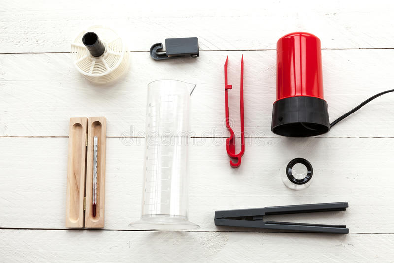 Vergrootglas, klem, thermomether, spoelen en rood licht van hierboven royalty-vrije stock fotografie