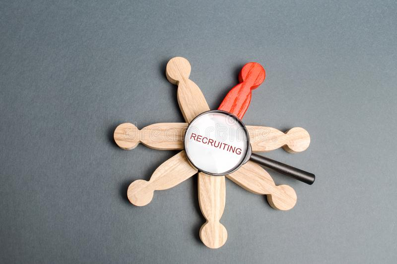 Vergrootglas met woord het Aanwerven en een team van mensen Recruiter de diensten hiring huur U Het concept van het aantal arbeid stock foto's