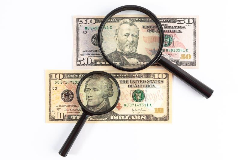 Vergrootglas op Amerikaanse dollarrekeningen die wordt geplaatst royalty-vrije stock foto