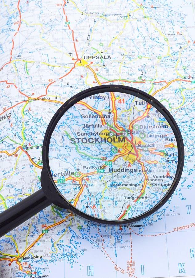 Vergrootglas over Stocholm, de kaart van Zweden stock foto