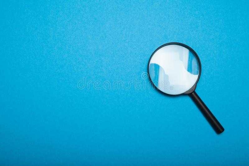 Vergrootglaslens, onderzoeksconcept Exemplaarruimte voor tekst Zoeken en gezoem stock foto