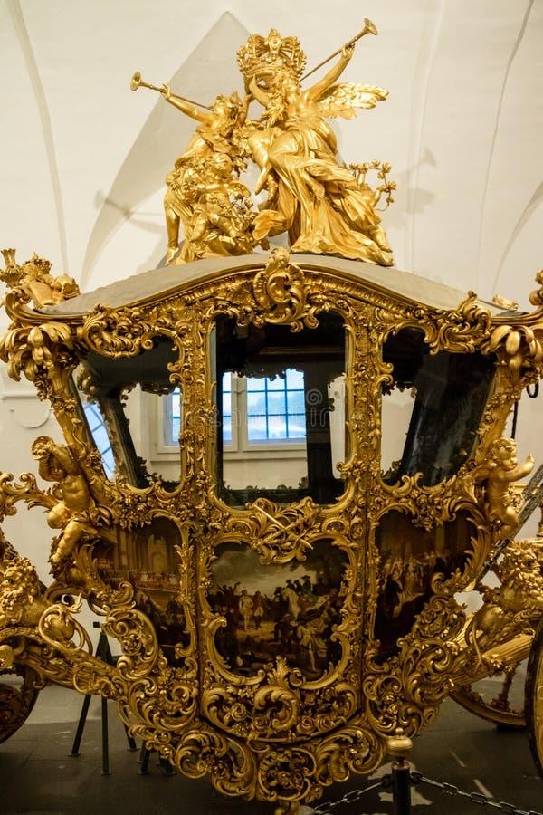 Verguld plechtig vervoer in een museumtentoongesteld voorwerp royalty-vrije stock afbeeldingen