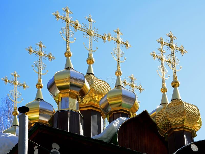 Vergulde koepels met kruisen van houten Russisch Orthodox Christian Church van Sinterklaas in het Klooster van Ganina Yama stock afbeelding