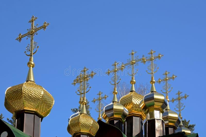 Vergulde koepels met kruisen van houten Russisch Orthodox Christian Church van Sinterklaas in het Klooster van Ganina Yama stock afbeeldingen