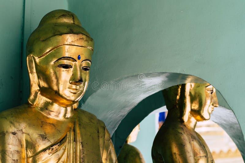 Vergulde monumenten van Boedha in Shwedagon-pagodetempel complex in Yangon, Myanmar stock afbeeldingen