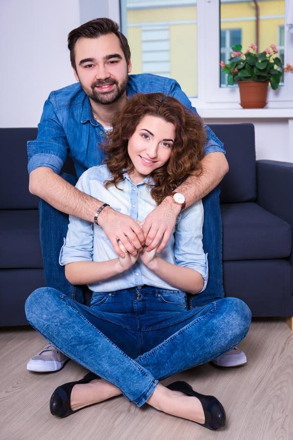 Verhältnis und Liebeskonzept - Porträt jungen Paare embraci stockfotografie
