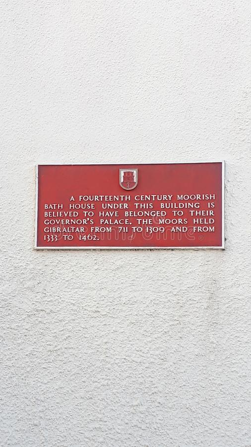 Verhaal van een gebouw dichtbij de hoofdstraat op de Rots van Gibraltar bij de ingang aan de Middellandse Zee stock afbeeldingen