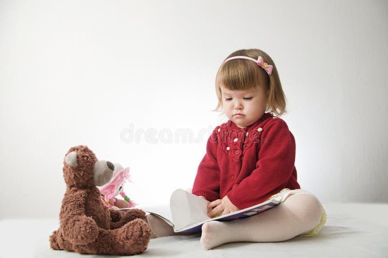 Verhaaltijd Meisje het spelen school met speelgoedteddybeer en pop kinderenonderwijs en ontwikkeling, gelukkige kinderjaren royalty-vrije stock afbeelding