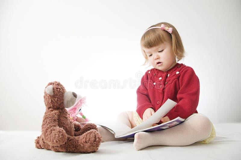 Verhaaltijd Meisje het spelen school met speelgoedteddybeer en pop kinderenonderwijs en ontwikkeling, gelukkige kinderjaren royalty-vrije stock foto