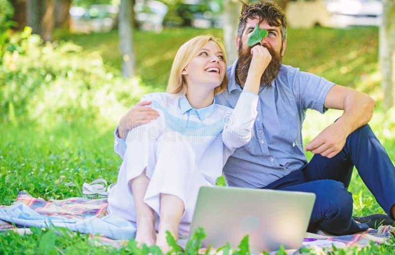 Verhalen van het verdragen van familiesucces en innovatie Paar in liefde of freelance familie het werk Moderne online zaken hoe royalty-vrije stock foto's