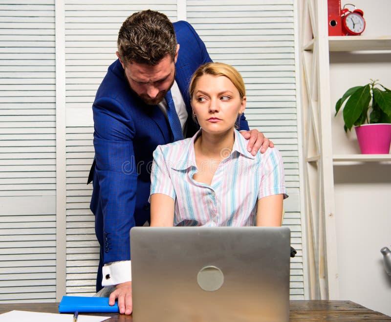Verhaltenuntergebenangestellter des Chefs unannehmbarer Verbotene Beziehungen bei der Arbeit Sexuelle Nötigung am Arbeitsplatz Fr stockfotos