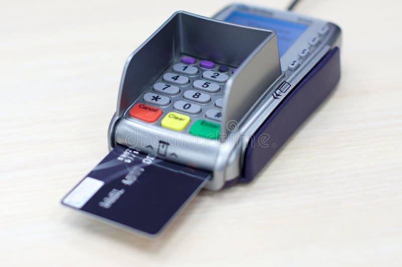 Verhandlung mit Gutschrift-Debitkarte innen lizenzfreies stockbild