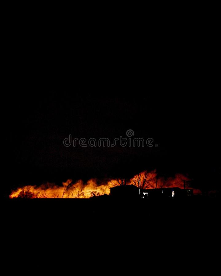 Verheerende Feuer im Abstand stockfotografie
