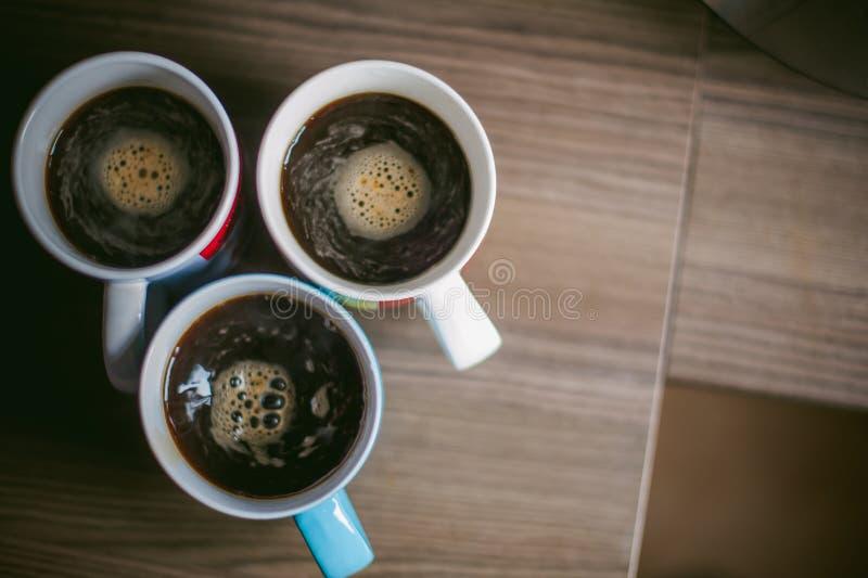 Verheirateter Mann mit einem Ring auf ihrem Finger, brauen Ihren Morgenkaffee am Frühstück für ihre Familie stockfotos