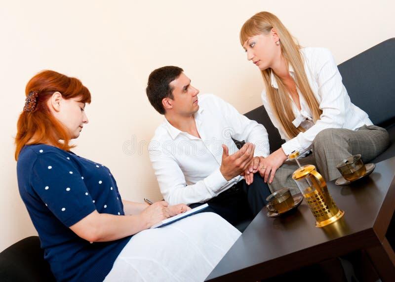 Verheiratetes Paar berät sich am Psychologen lizenzfreie stockfotos