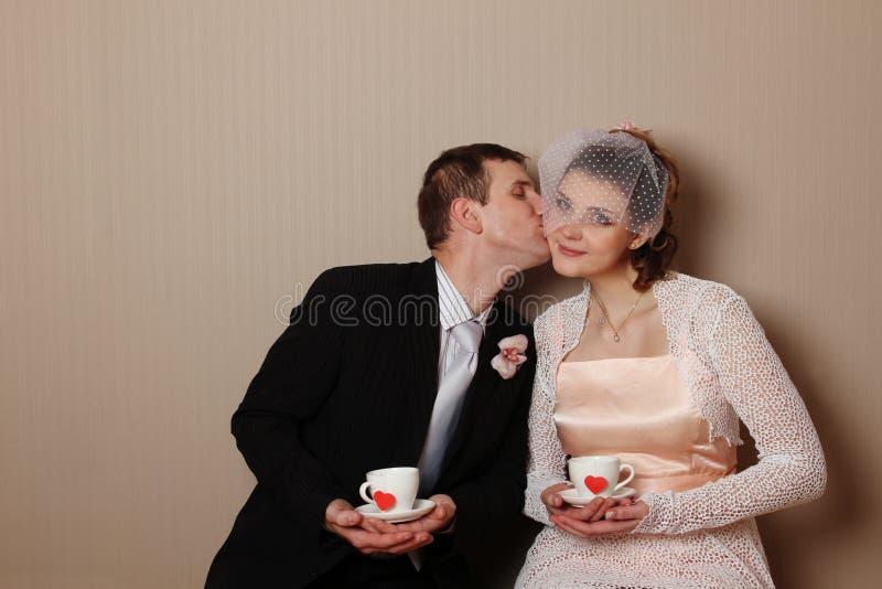 Verheiratetes Paar, das ein Cup mit Inneren anhält stockfotos