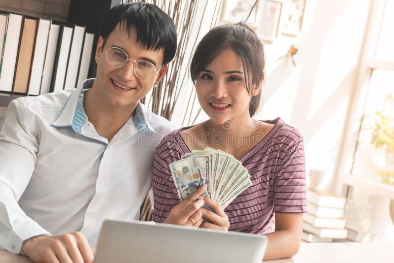 Verheiratetes Paar, das im Geschäft reich erhält stockfoto