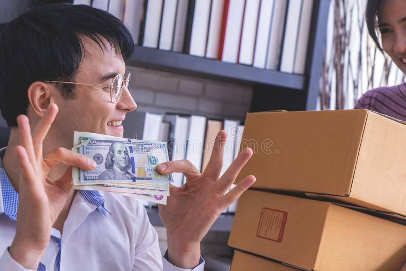 Verheiratetes Paar, das im Geschäft reich erhält lizenzfreie stockfotos