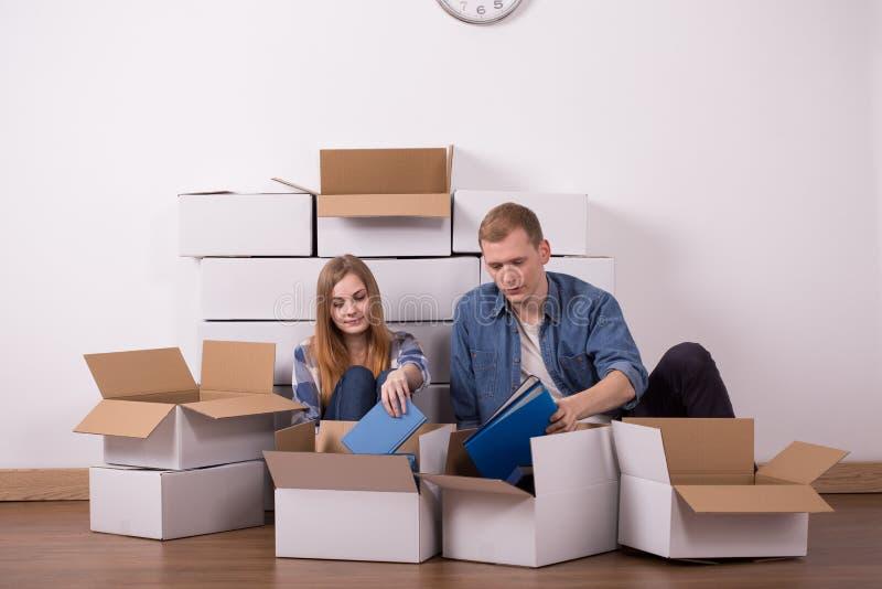 Verheiratetes Paar, das in Wohnung umzieht lizenzfreie stockfotografie