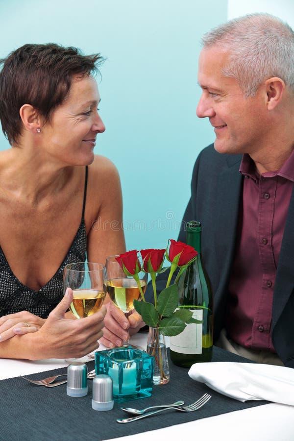 Verheiratetes Paar in einer Gaststätte lizenzfreie stockfotografie