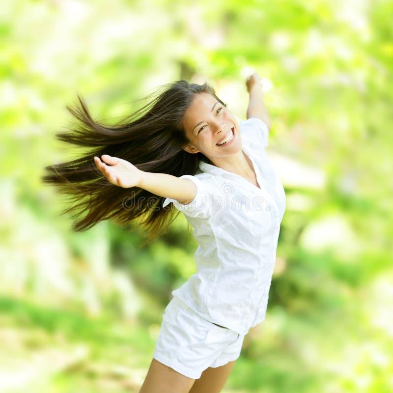 Verheugende gelukkige vrouw in vliegende motie stock foto's