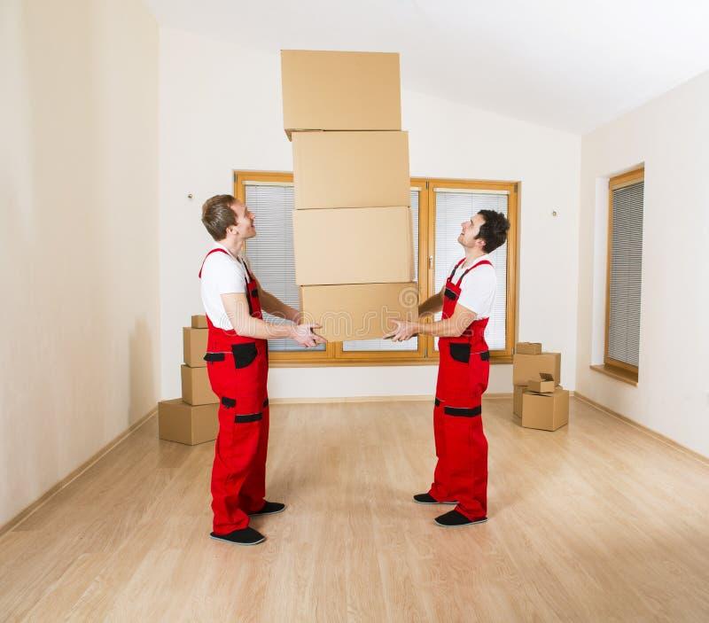 Verhuizers in nieuw huis stock fotografie