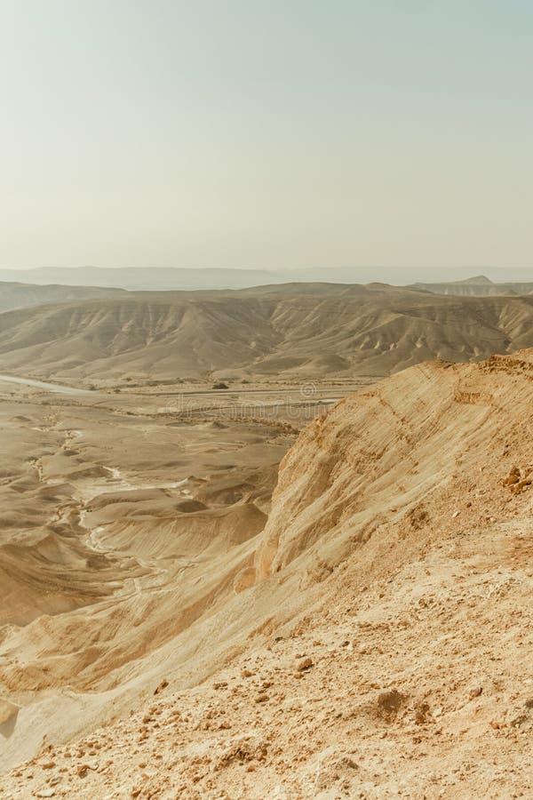 Verical kształtuje teren widok na suchym środkowym wschodnim pustkowiu w Izrael zdjęcia stock