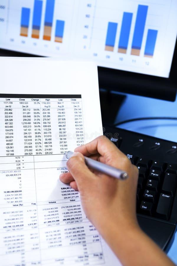 Verific dados do mercado de valores de acção foto de stock royalty free
