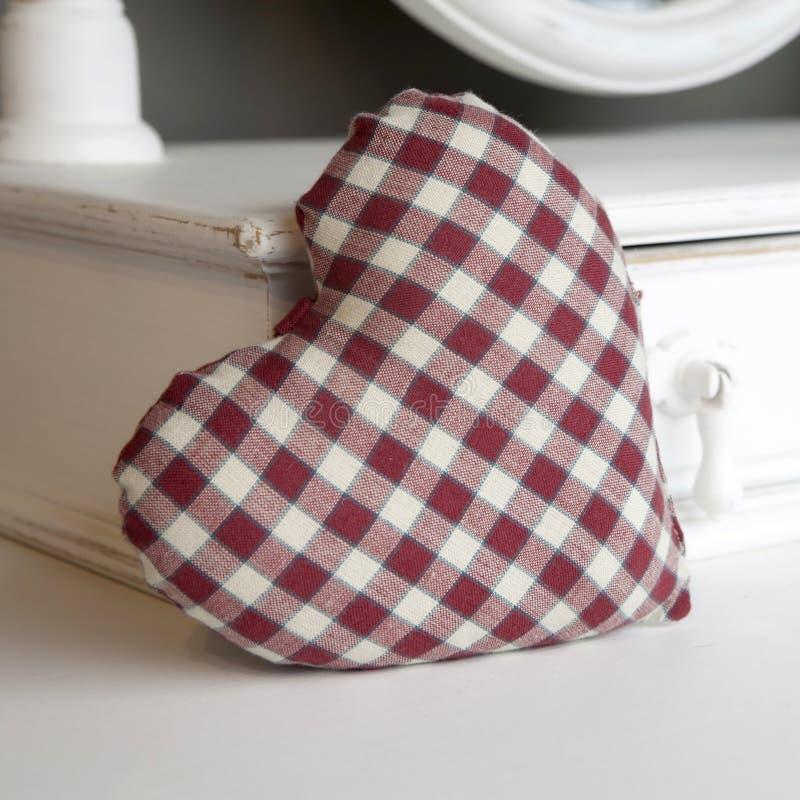 Download Verific O Coração Vermelho E Branco Foto de Stock - Imagem de gavetas, tabela: 26516876
