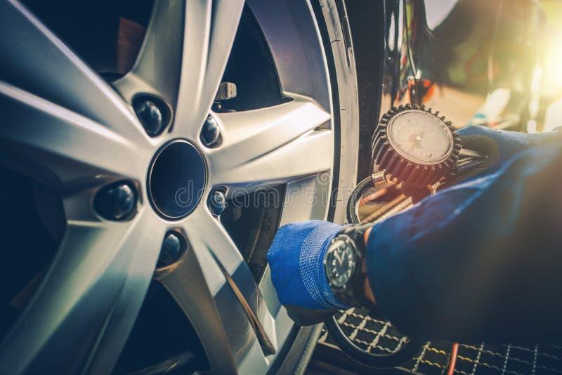 Verificação da pressão dos pneus do carro fotografia de stock royalty free