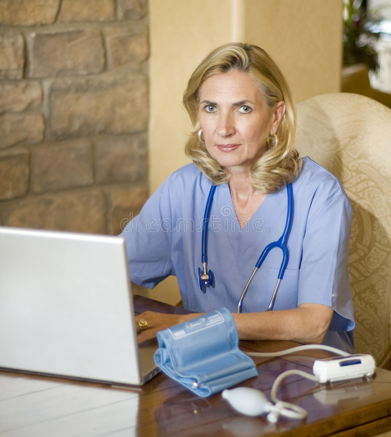 Verificação de pressão sanguínea no escritório dos doutores imagens de stock royalty free