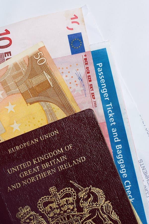 Verificação de viajante: dinheiro, passaporte, bilhete imagem de stock