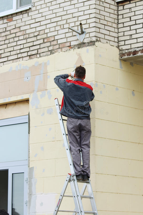 verificação do eletricista o cabo de fiação para o condicionador de ar na construção ilustração stock