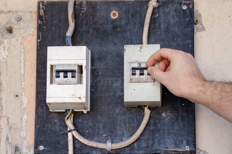Verificação do eletricista ou para inspecionar o interruptor do sistema elétrico no painel de distribuição do poder imagem de stock royalty free