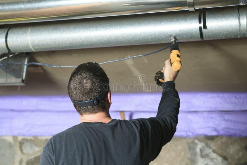 Verificação do líquido de limpeza da ventilação para a poeira nela imagem de stock