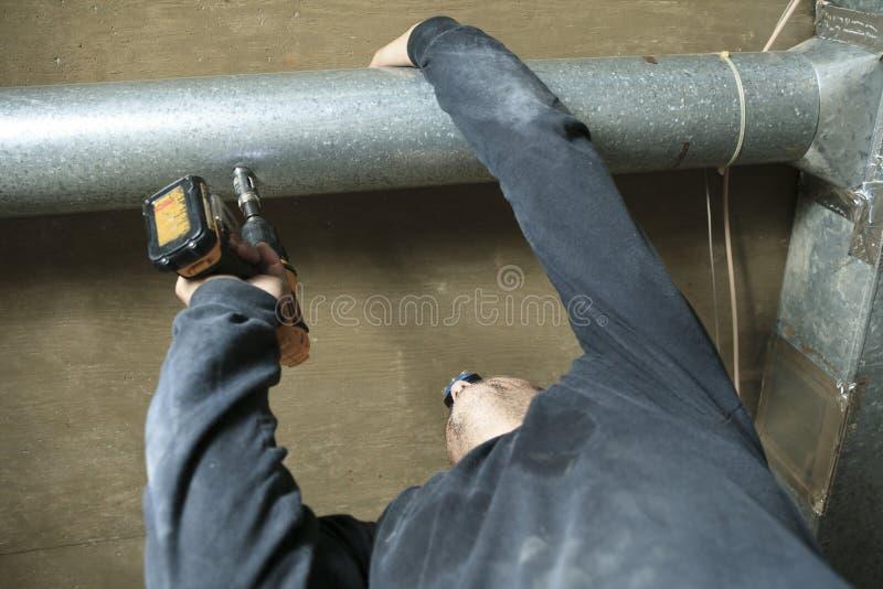 Verificação do líquido de limpeza da ventilação para a poeira nela imagens de stock