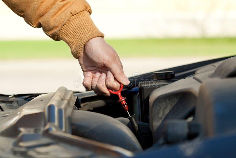 Verificação do nível de óleo do carro imagens de stock royalty free