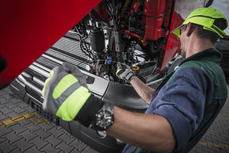 Verificação do nível de óleo do serviço do caminhão fotografia de stock