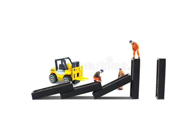 A verificação do reparador do trabalhador da construção e a parte de trabalho dos dominós do reparo danificaram foto de stock royalty free