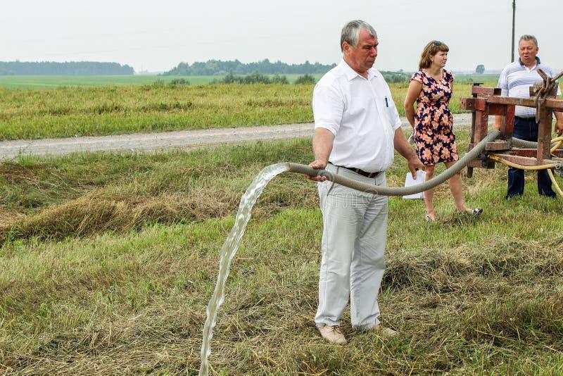 Verificação do sistema de irrigação na região de Gomel de Bielorrússia fotos de stock royalty free