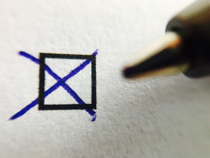 Verificação - tiquetaque da marcação da pena de esferográfica na caixa de verificação foto de stock royalty free