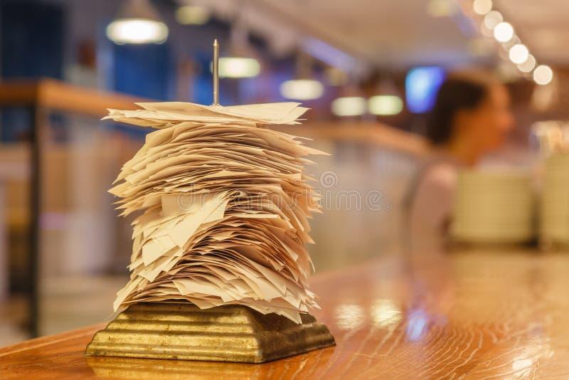 Verificações das ordens terminadas na cozinha im da barra ou do restaurante fotos de stock